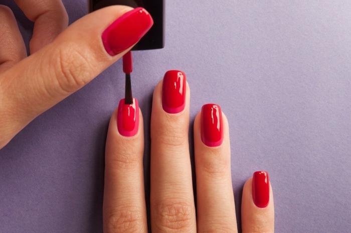 nageldesigns rot über dunkelrosa trends