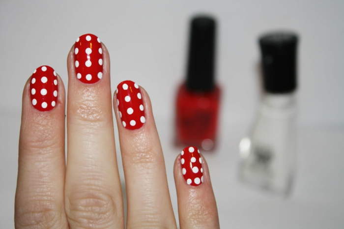 nagellack ideen rot weiße punkte nageltrends