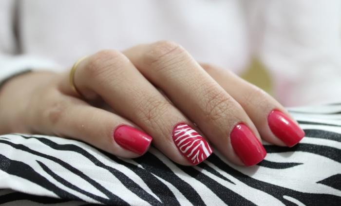 nagellack ideen rote maniküre zebra muster