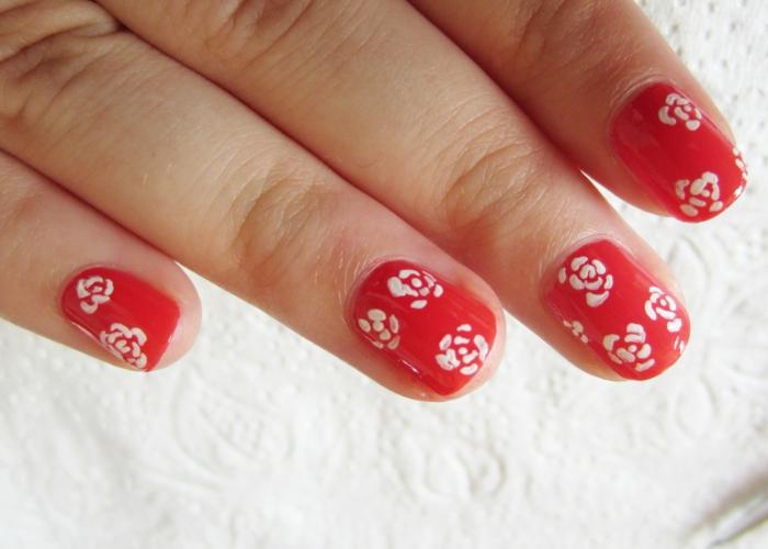 nagellack ideen rote nägel weiße blumen nageldesign trends