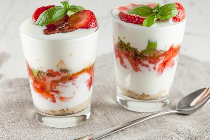 rezepte mit erdebeeren erdbeertiramisu erdbeer joghurt schicht