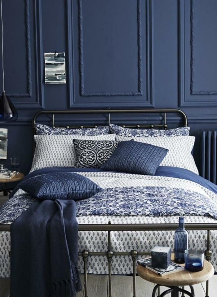 schlafzimmer einrichten beispiele blaunuancen pendelleuchten schöne bettwäsche
