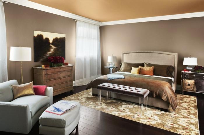 schlafzimmer einrichten beispiele braune wände teppichmuster klassisches sofa