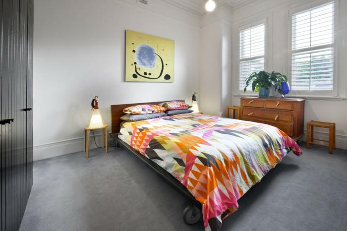 schlafzimmer einrichten beispiele farbige bettwäsche bett räder grauer teppichboden