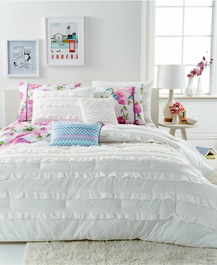 schlafzimmer weiß bettwäsche farbige dekokissen wanddeko