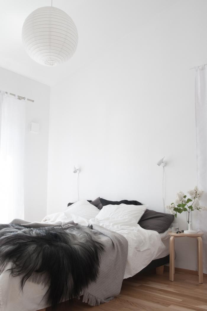 schlafzimmer weiß blumen skandinavisch schlicht gemütlich