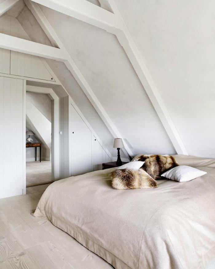schlafzimmer weiß dachschräge dekokissen bodenbelag holzoptik