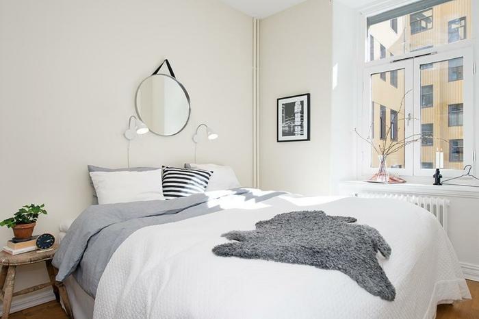 schlafzimmer weiß fellteppich wandspiegel rustikaler beistelltisch fensterbank deko