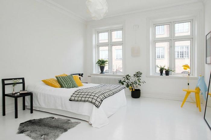 schlafzimmer weiß gelbe akzente fellteppich pflanzen