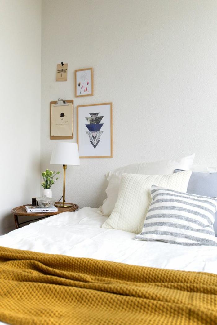 schlafzimmer weiß gelbe decke wanddeko dekokissen
