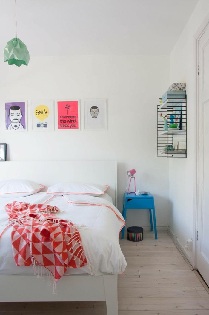 schlafzimmer weiß minimalistisch holzboden farbige akzente