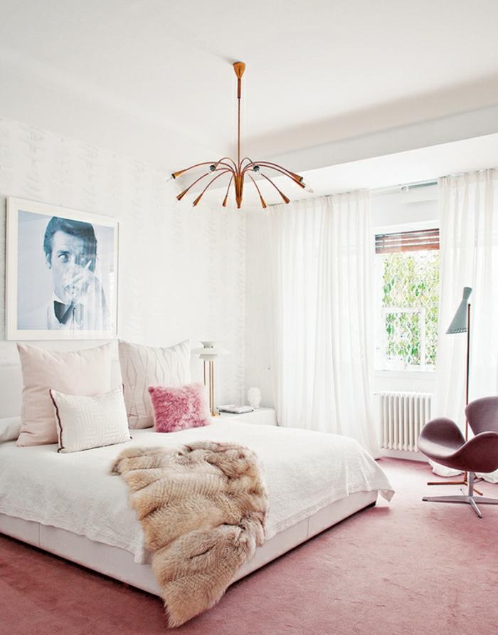 schlafzimmer weiß roter teppichboden luftige gardinen