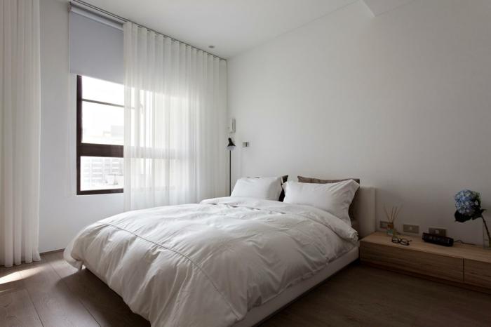 schlafzimmer weiß schlichtes design holzboden weiße gardinen