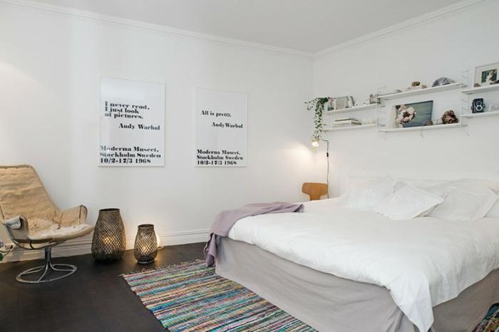 schlafzimmer weiß streifenteppich farbig sessel