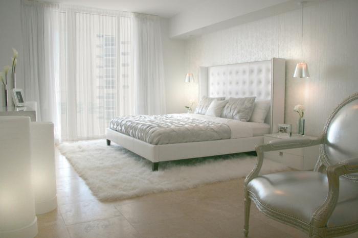 schlafzimmer weiß teppich bodenfliesen luftige gardinen