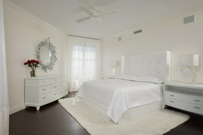 schlafzimmer weiß teppich wandspiegel gardinen