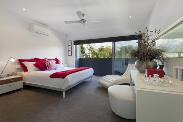 schlafzimmer weiß teppichboden rote akzente weiße möbel