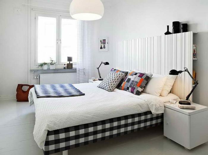 schlafzimmer weiß wandgestaltung dekokissen akzente fensterbank dekoration