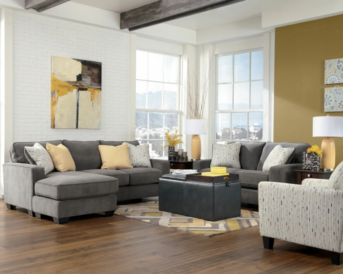 sofa grau gelbe akzente akzentwand ziegelwand
