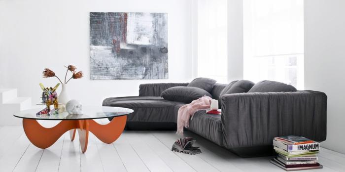 sofa grau wohnzimmer einrichten cooler couchtisch glas orange basis