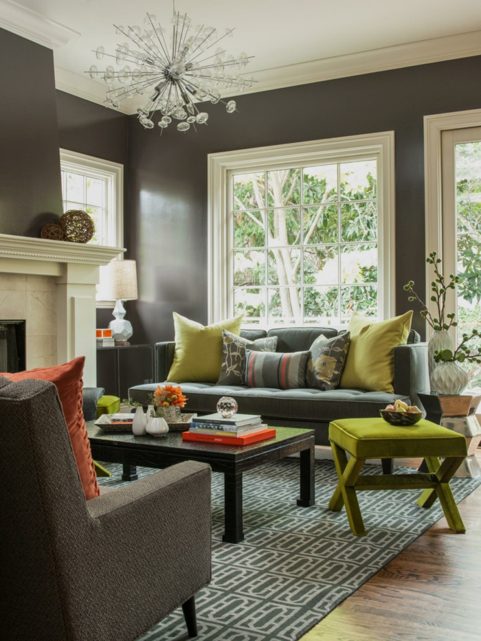 sofa grau wohnzimmer graue wände kamin