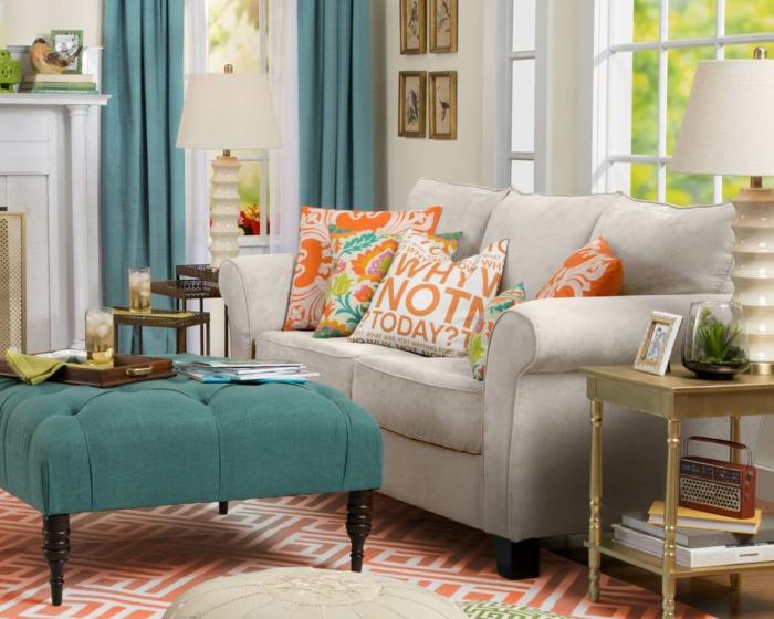 stoffmuster wohnzimmer dekokissen grüne gardinen couchtisch geometrischer teppich