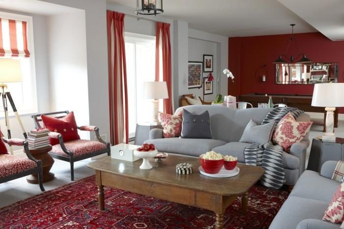 stoffmuster wohnzimmer gardinen stühle frisches muster warme farben holztisch weiße wände