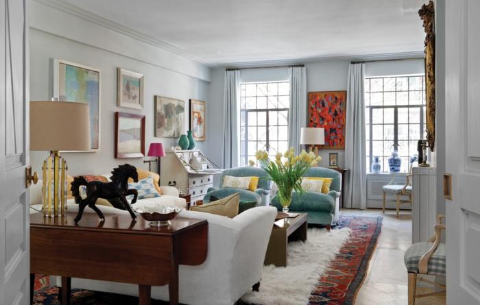 stoffmuster wohnzimmer weißes sofa hellgrüne sessel farbiger teppich blumen bilder dekokissen