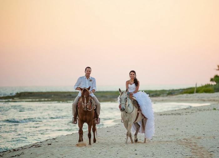 strandhochzeit kleid blaue stühle rosa natürlich romantik