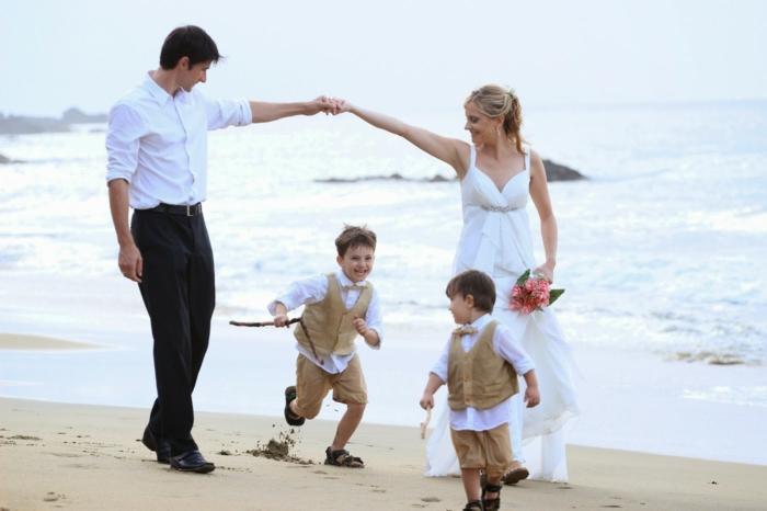 strandhochzeit kleid blaue stühle rosa natürlich weisser familie
