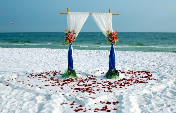 strandhochzeit kleid blaue stühle rosa natürlich weisser sand