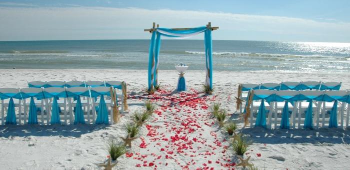 strandhochzeit kleid blaue stühle