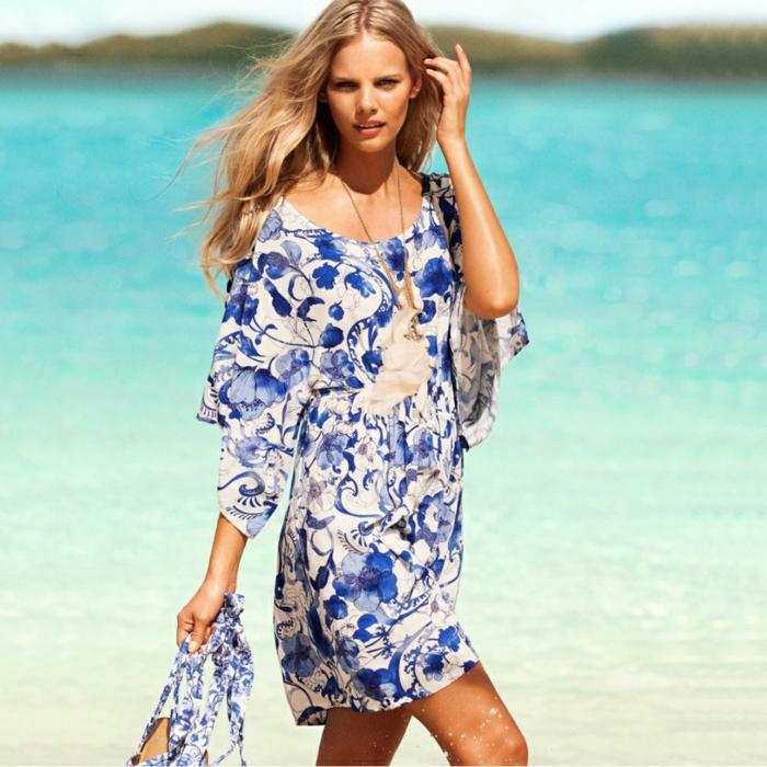 strandmode strandkleid sommerkleid blumenmuster batik blau weiß