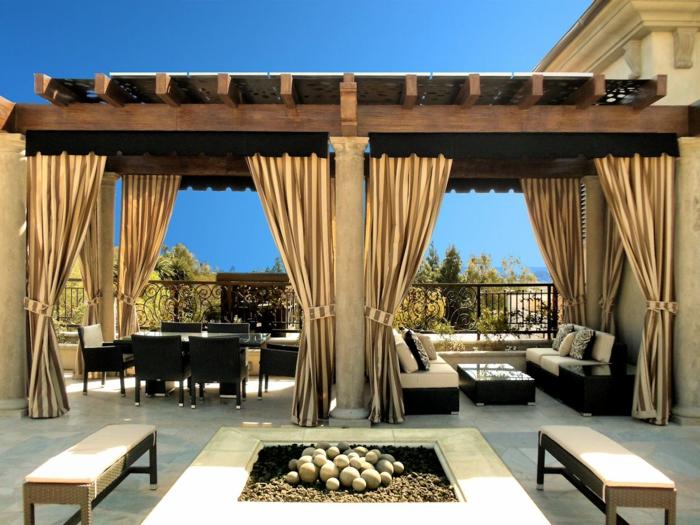 terrasse gestalten terrassenüberdachung feuerstelle gartenmöbel drapiert