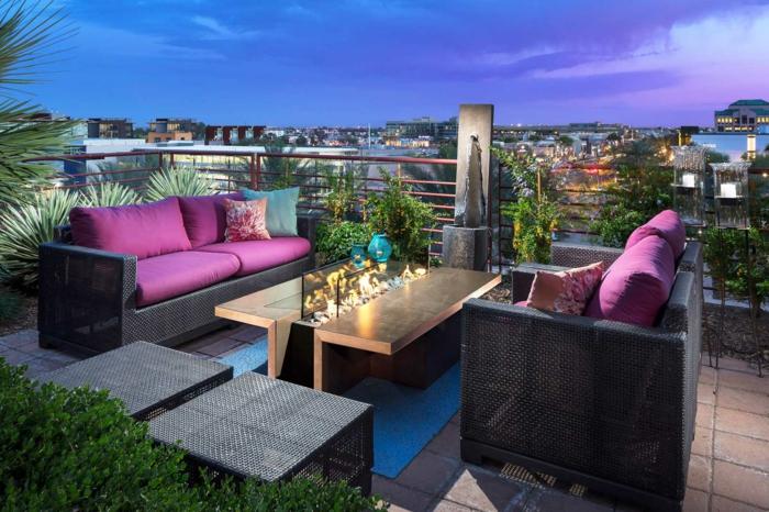 terrassenüberdachung feuerstelle gartenmöbel lila