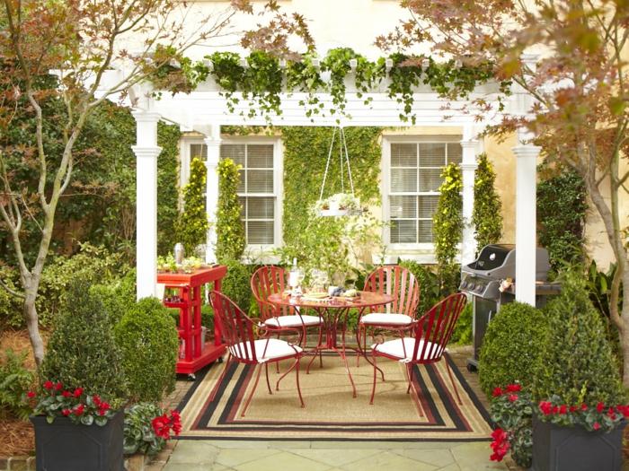 terrassenüberdachung feuerstelle gartenmöbel rote stühle