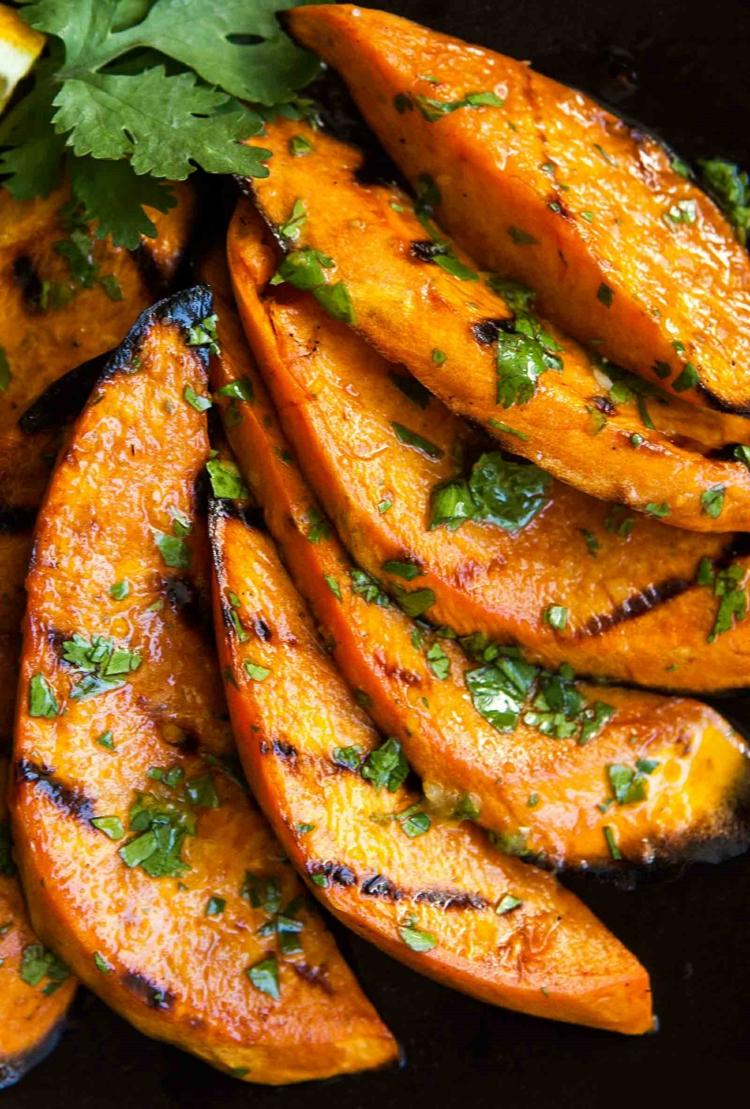 vegetarische Grillrezepte vegetarische Spieße zubereiten gegrillte Süßkartoffeln