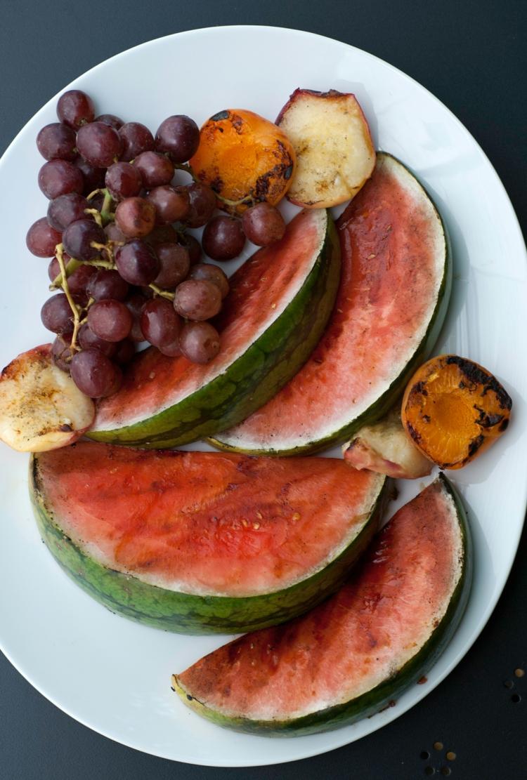 vegetarische Grillrezepte vegetarische Spieße zubereiten gegrillte Wassermelone