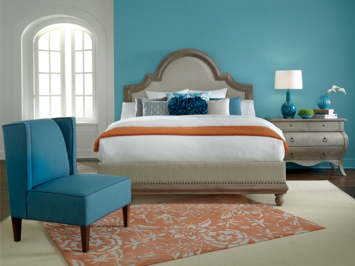 wände streichen ideen hellblaue wandfarbe schlafzimmer eleganter teppich