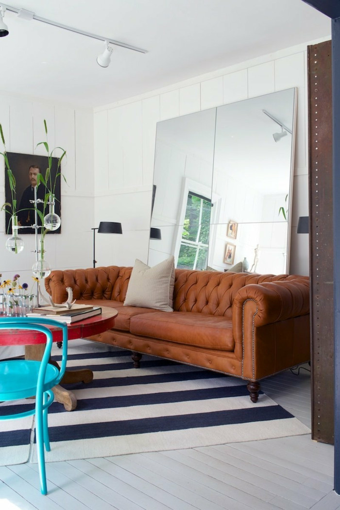 wandgestaltung ideen spiegel braunes sofa streifenteppich