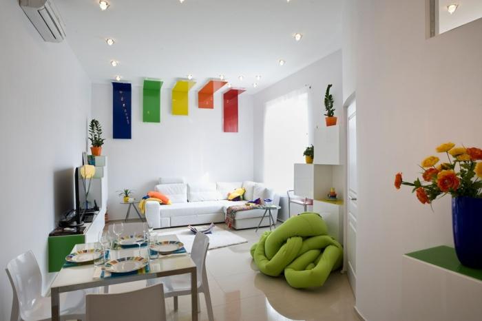 wohnzimmer wandgestaltung weiße wände farbige elemente offener wohnplan