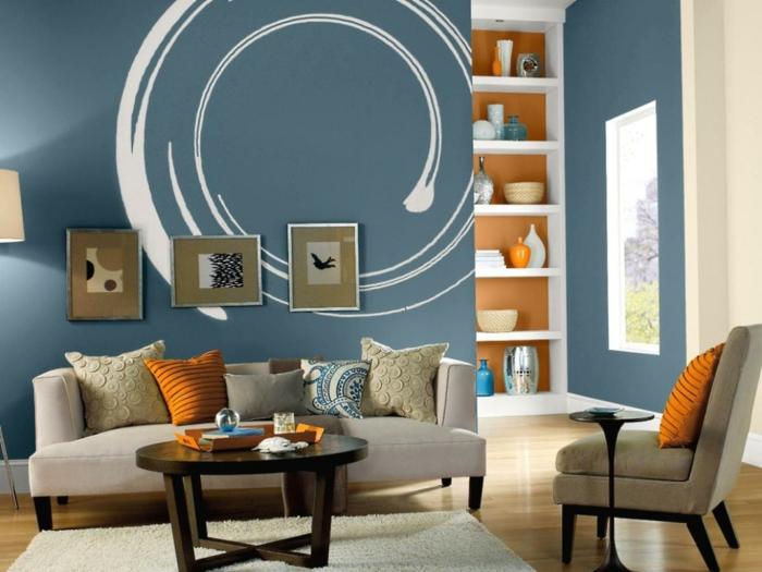wandgestaltung ideen wohnzimmer blaue wände akzente orange elemente