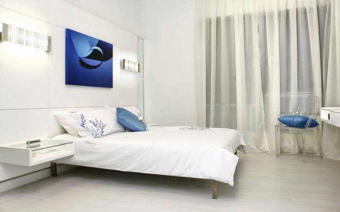 weißes schlafzimmer blaue akzente luftige gardinen wandleuchten