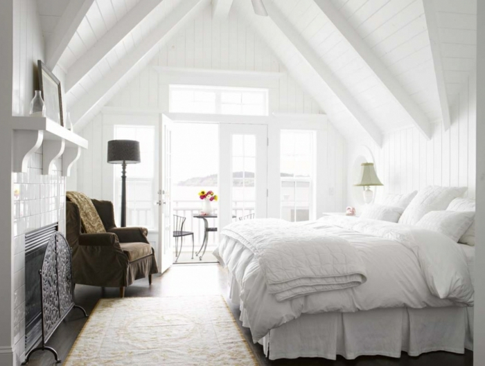 Weißes Schlafzimmer Dachschräge Teppichläufer Grüner Sessel