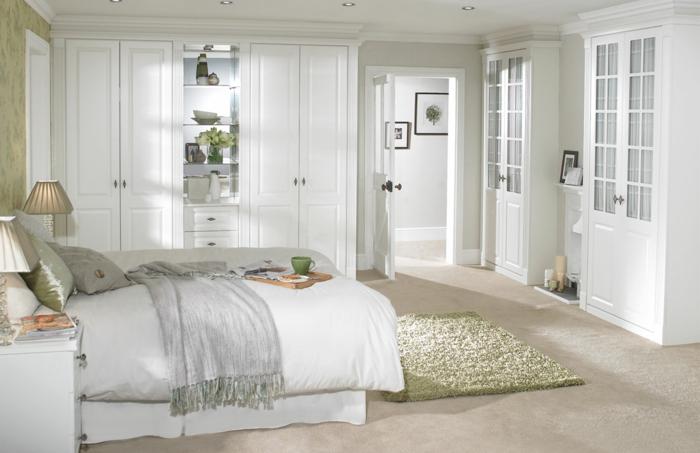 weißes schlafzimmer eingebildete kleiderschränke hellgrüner teppich beiger teppichboden