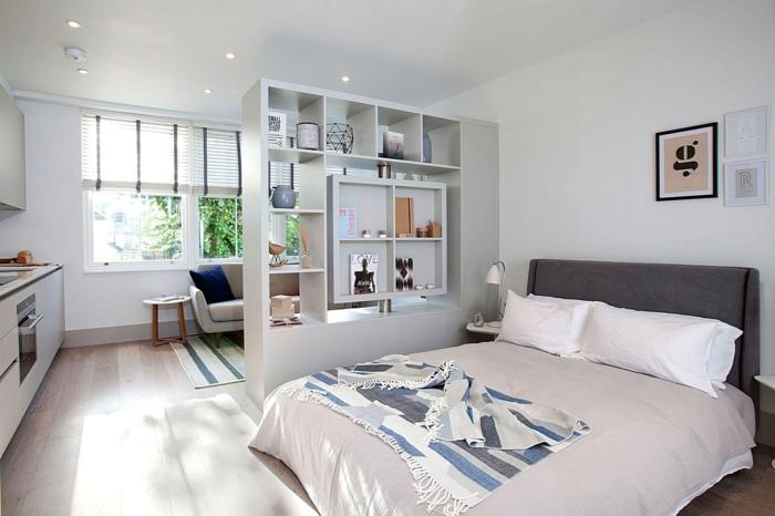 weißes schlafzimmer helle bettwäsche offene wandregale