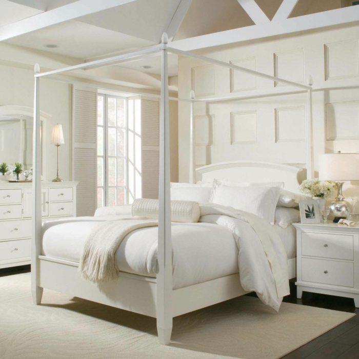 weißes schlafzimmer heller teppich betthimmel blumen