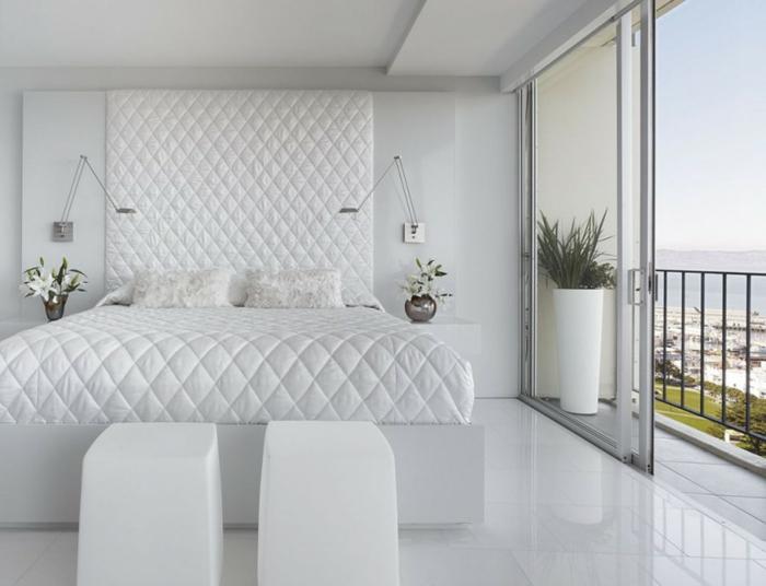 weißes schlafzimmer hocker balkon blumen weiße bodenfliesen