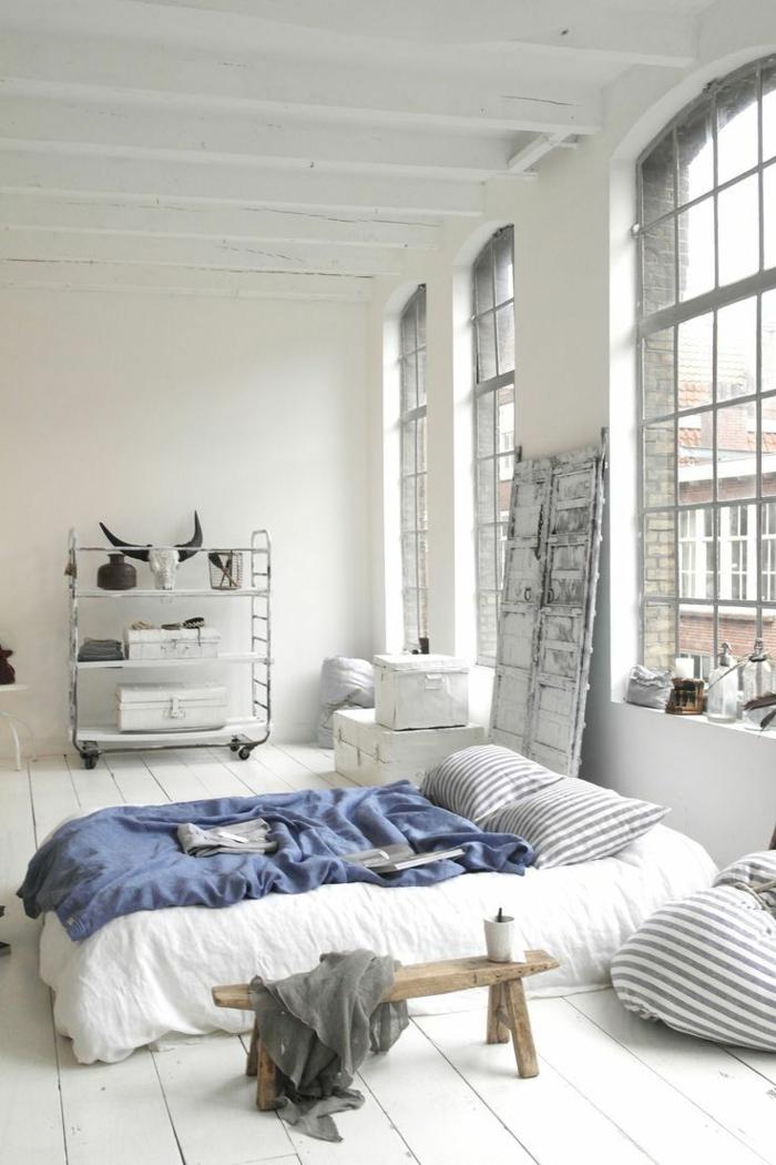 weißes schlafzimmer holzboden rustikale ausstrahlung holztisch