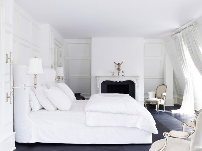 Weißes Schlafzimmer Kamin Dunkler Boden Wandleuchten